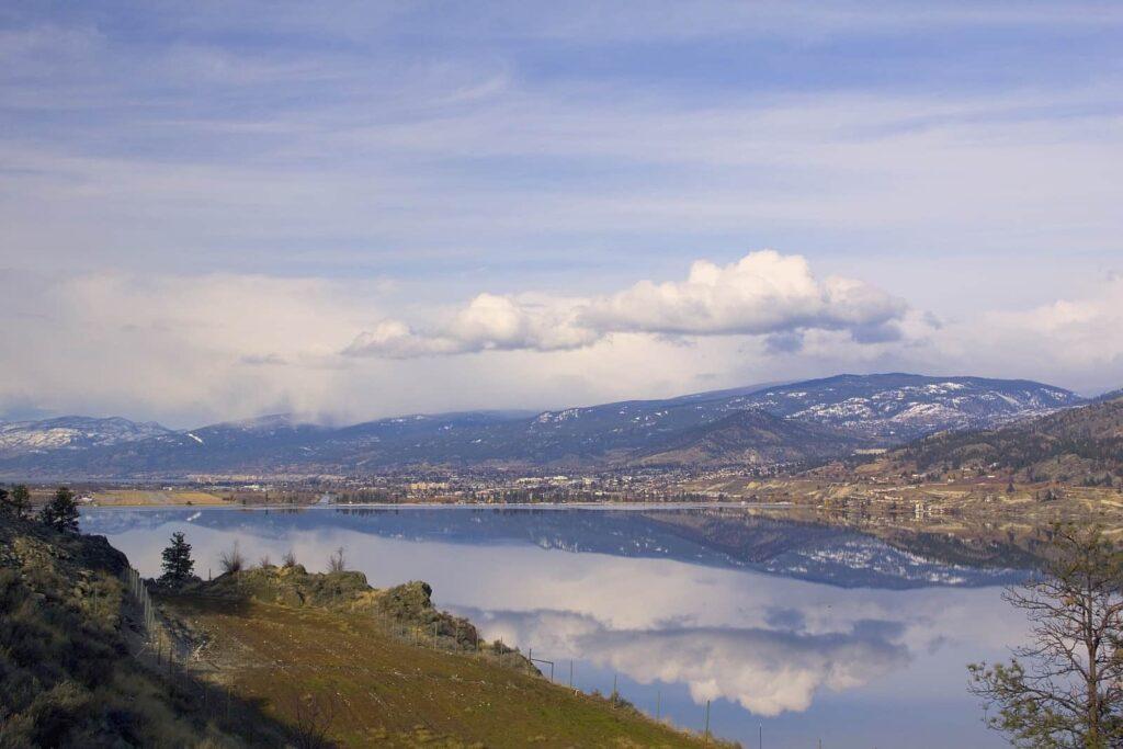 Blick über den Skaha Lake nach Penticton mit dem Flughafen der Stadt. Foto markjbates / Deposit
