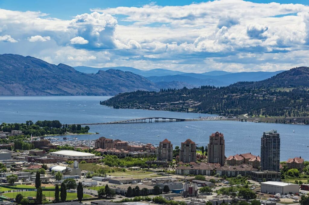 Blick auf Kelowna, die größte Stadt im Okanagan Valley mit der Brücke über den Okanagan Lake. Foto SMJoness / Deposit