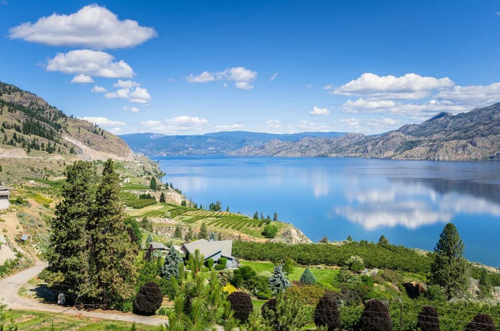 Blick auf den Okanagan Lake, der im Okanagan Valley inmitten einer reizvollen Landschaft liegt. Foto Alpegor6 / Deposit