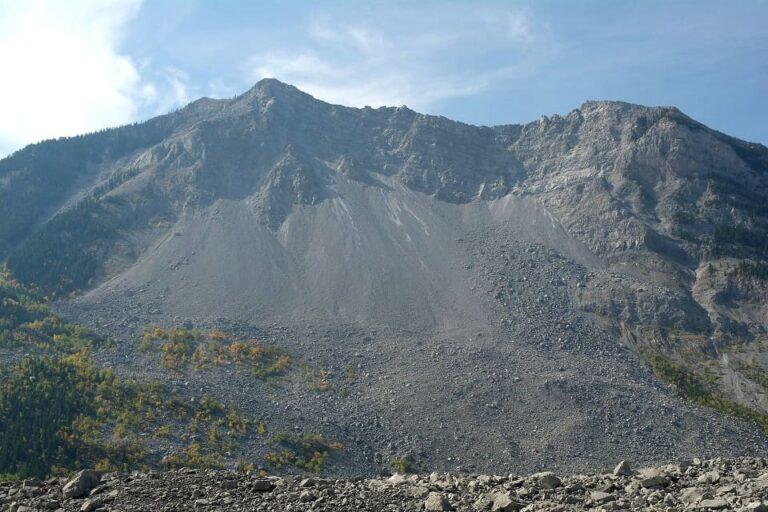 Noch heute zeugt die offene Wunde an der Flanke des Turtle Mountain vom gewaltigen Bergsturz des Jahres 1903. Foto ©Bernadette Calonego