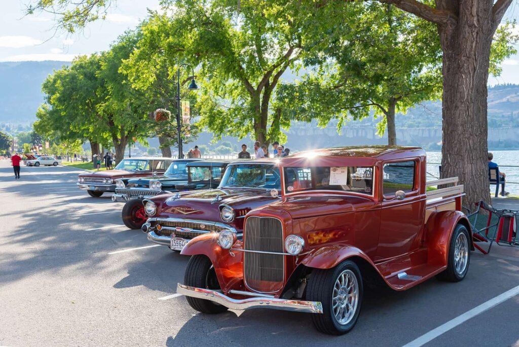 Sehen und gesehen werden in Penticton im Okanagan Valley. Oldtimer Parade am Ufer des Okanagan Lake. Foto amykmitchell / Deposit