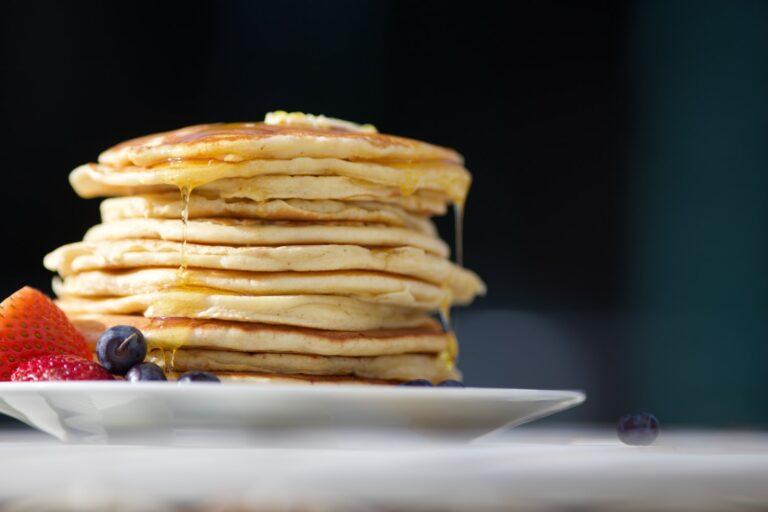 Immer eine leckere Frühstücksidee, Pancakes mit viel Ahornsirup. Foto images.unsplash