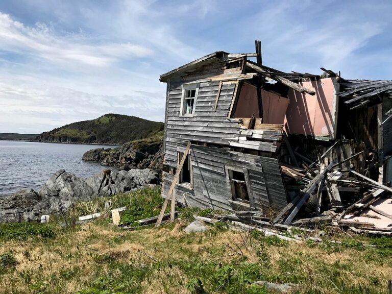 Was nach der Umsiedlung von Menschen übrig bleibt. Zerfallenes Haus in Fortune. Foto Bernadette Calonego