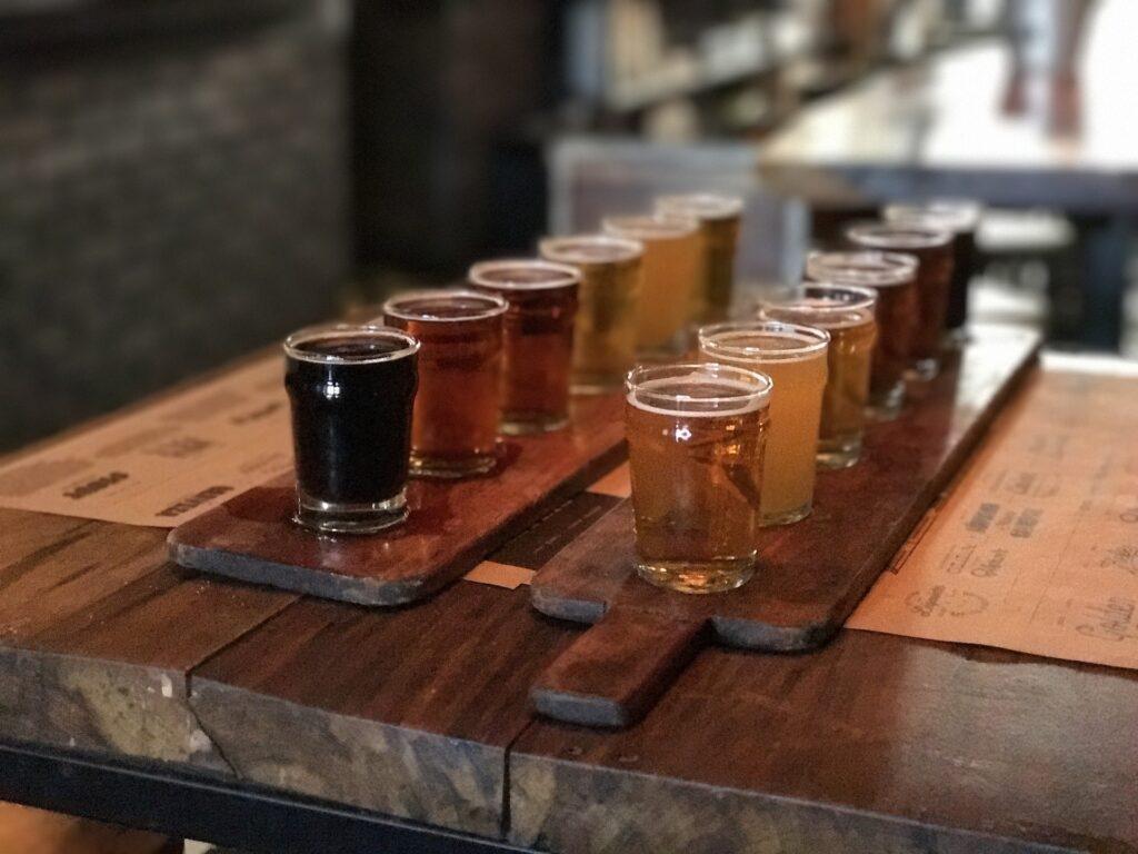 Den Geschmack der verschiedenen Craft Biere verkosten. Foto Rodrigo Rodrigo / Pixabay