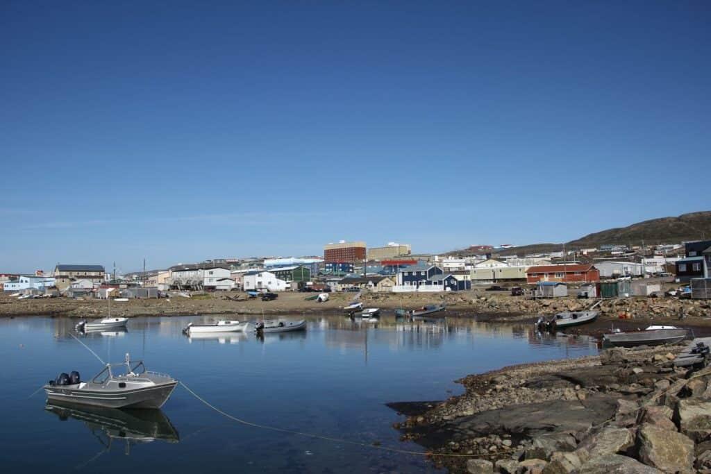 Blick auf Iqaluit vom Wasser aus. Foto Sebastian Kasten / CC BY-SA 3.0