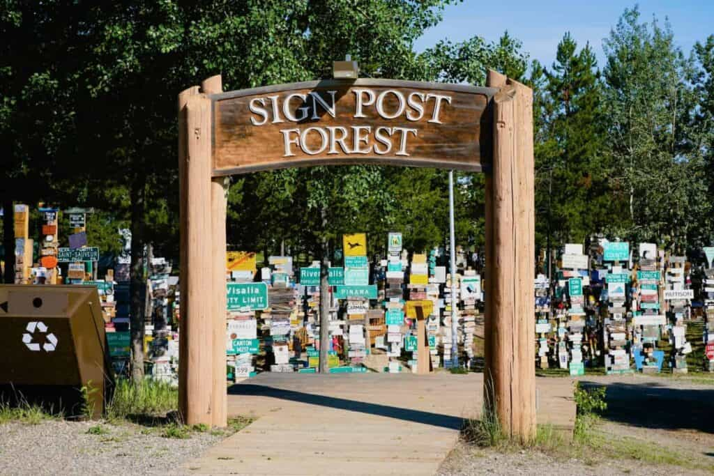 Der Sign Post Forest in Watson Lake. Foto Tobias Barth / EPIC NORTH Tour Experiences
