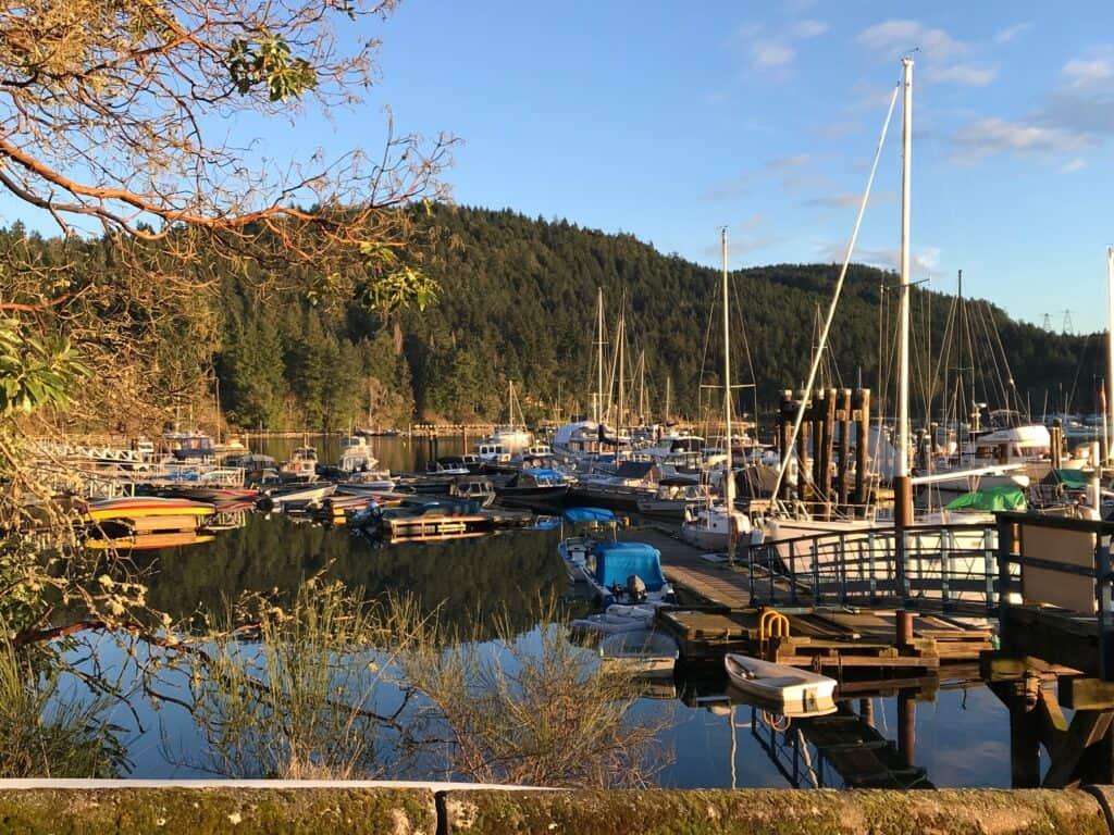 Boote im Hafen von Montague Harbour. Bereit, loszusegeln. Foto Bernadette Calonego