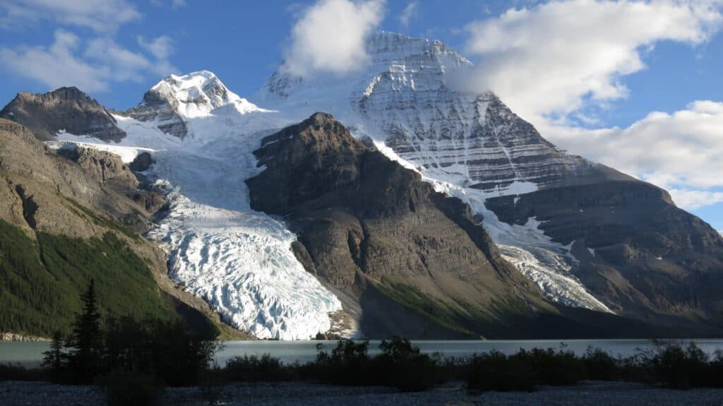 Ein Höhepunkt auf dem Great Divide Trail, wenn das Wetter schön ist - ein Blick auf den mächtigen Mount Robson. Foto Li Brann