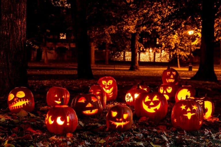 Sie gehören seit langer Zeit zu Halloween, geschnitzte, beleuchtete Kürbisse. Foto Deposit