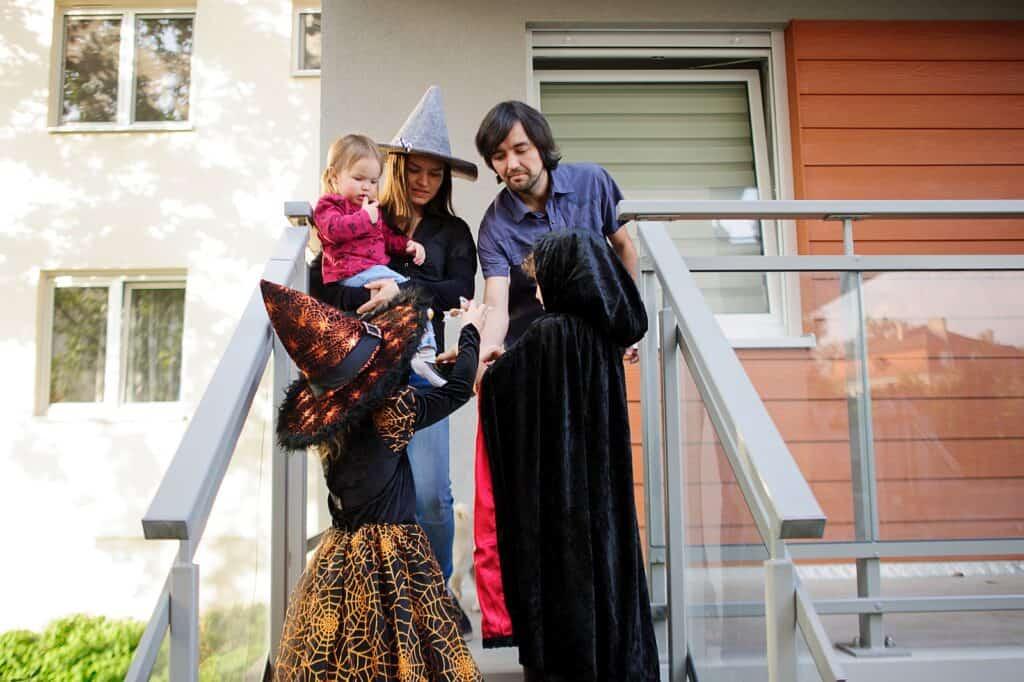 Süßes oder Saures, Kinder ziehen an Halloween von Haus zu Haus und freuen sich über viel Süßes. Foto unguryanu / Deposit