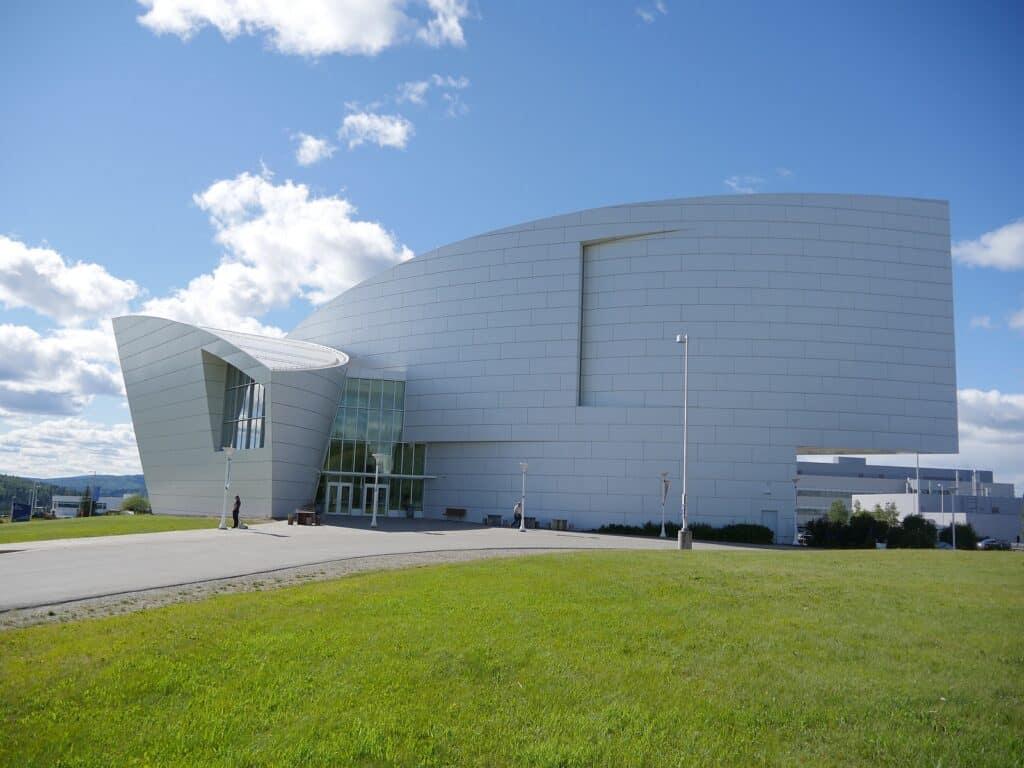 Sehenswürdigkeiten in Alaska: Ein Gebäude mit besonderer Architektur, das Museum of the North auf dem Campus der Alaska University. Foto apr