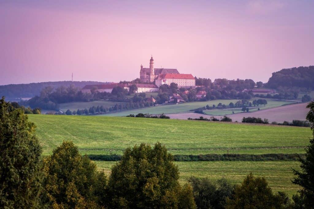 Blick auf die herrliche Kulisse des Härtsfeldes mit der Neresheim Benediktinerabteil St. Ulrich und Afra. Foto Gaschwald / Deposit