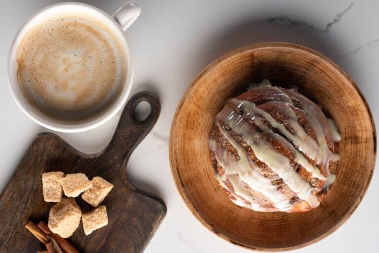 Ein tolles Duo für die Nachmittagstafel, eine Zimtschnecke mit Frosting und eine gute Tasse Kaffee. Foto VadimVasenin / Deposit