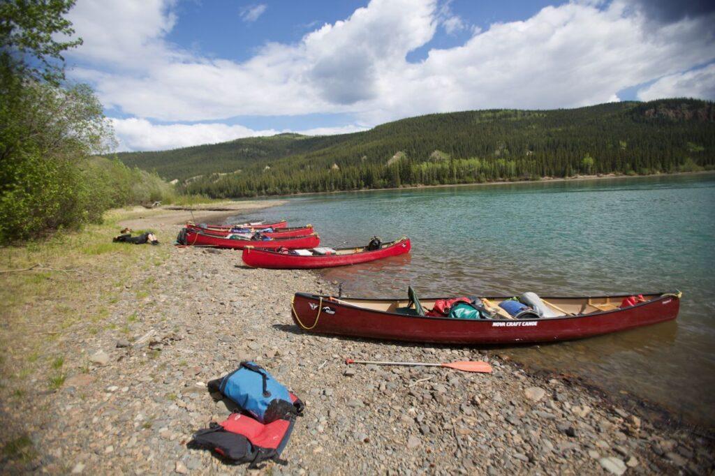 Das riesige Yukon Territorium bietet unendlich viele Möglichkeiten für Sommeraktivitäten. Wie wäre es mit einer Entdeckungsreise im Kanu? Foto Holger Bergold