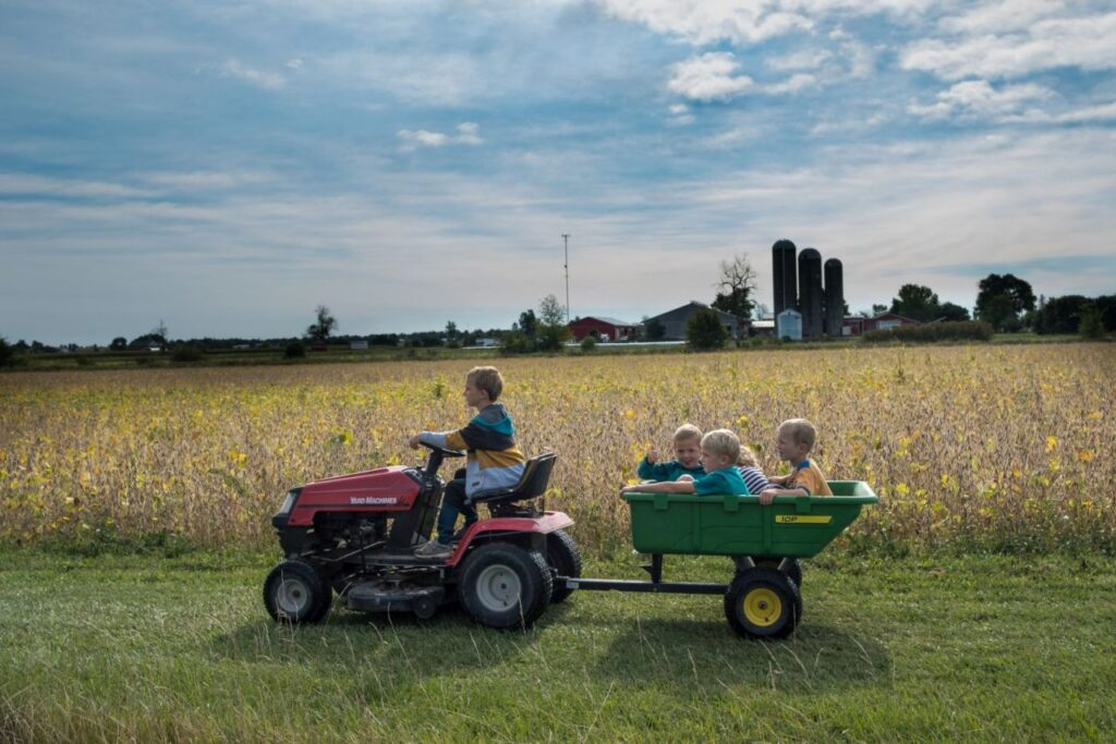 Die Mueller Farm in Perth East. Ein riesiges Paradies für die vier Kinder des Paares und natürlich für deren Freunde. Foto Mueller Family