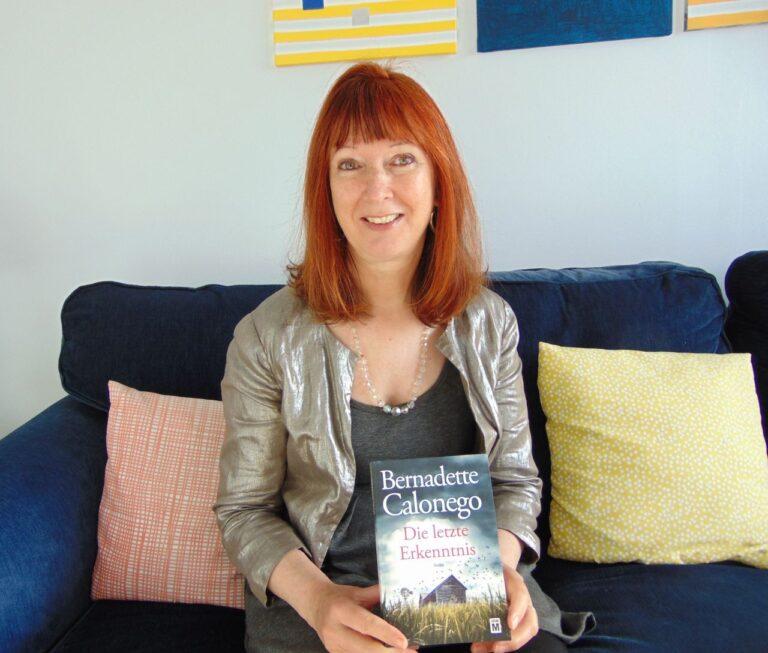 """Die Kanada-Krimi Autorin Bernadette Calonego mit ihrem Bestseller """"Die letzte Erkenntnis""""."""