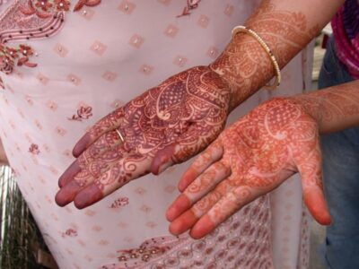 Mit Henna bemalte Hände. Foto © Julie Ovenell-Carter