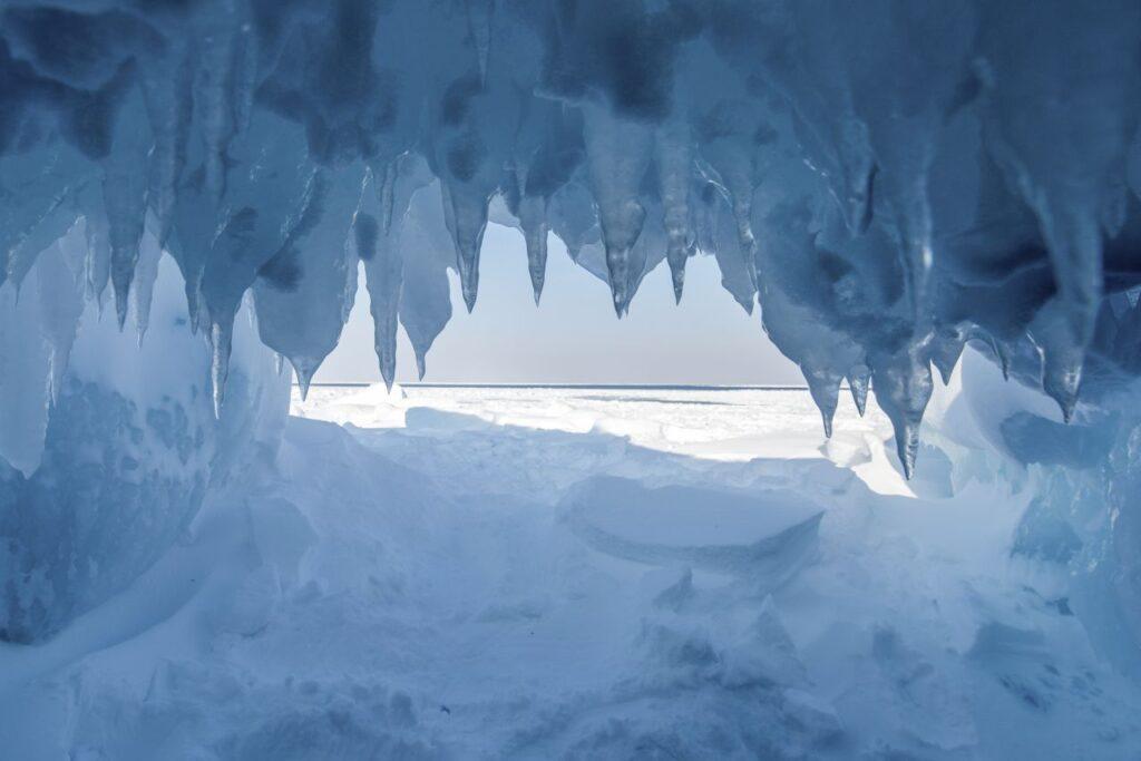 Winterwunderland. Der Blick aus einer Eishöhle über den zugefrorenen Lake Superior und den strahlend blauen Himmel. Das muss man selbst erlebt haben. Foto Dan Grisdale