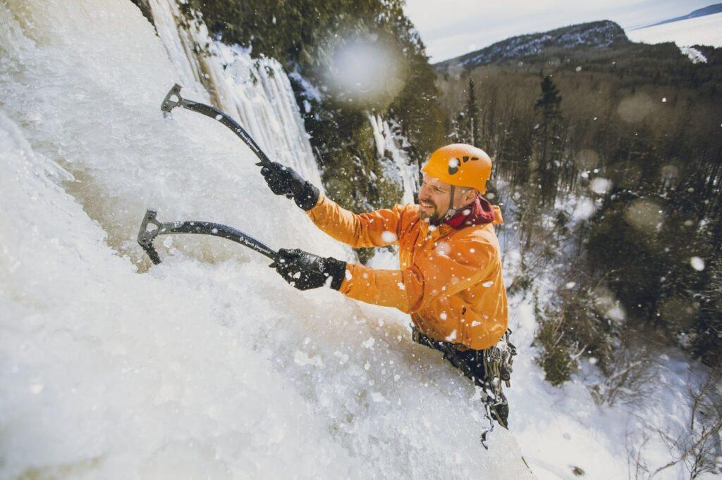 Wintererlebnis Eisklettern in Nordontario. Foto Destination Ontario