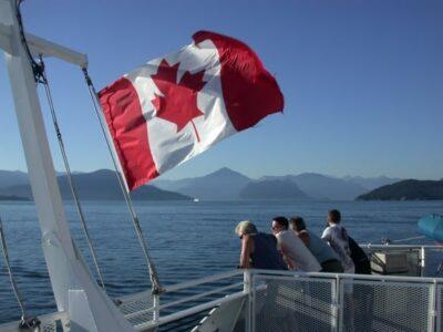 Die Kanadier sind stolz auf ihre noch junge berühmte Flagge mit dem Ahornblatt. Foto ©Julie Ovenell-Carter