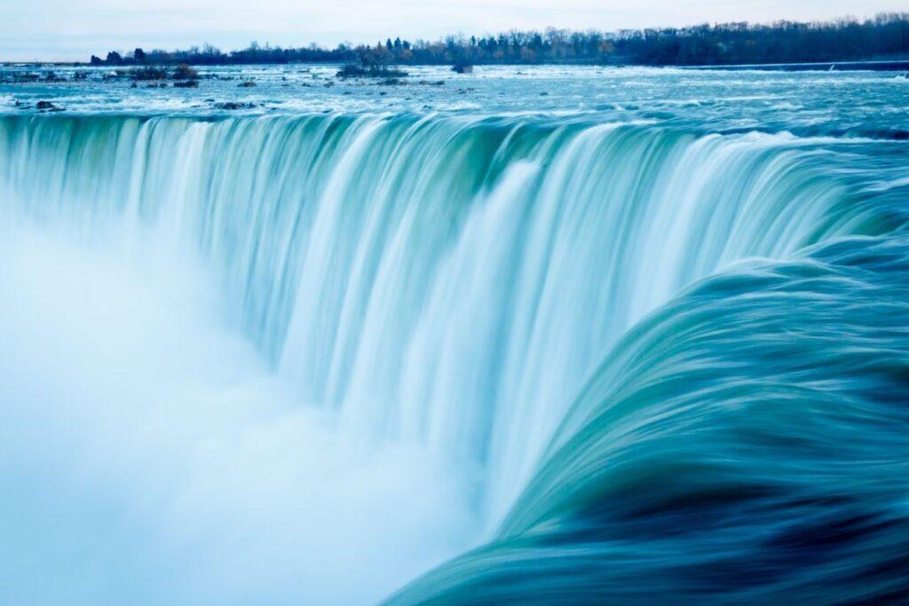 Die Niagarafälle sind eines der Naturwunder in der Provinz Ontario. Foto silkenphotos / Deposit