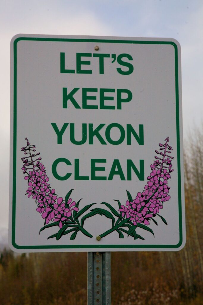Natur schützen und bewahren. Das Yukon Territorium sauber halten, eine Aufforderung an Alle. Foto Holger Bergold