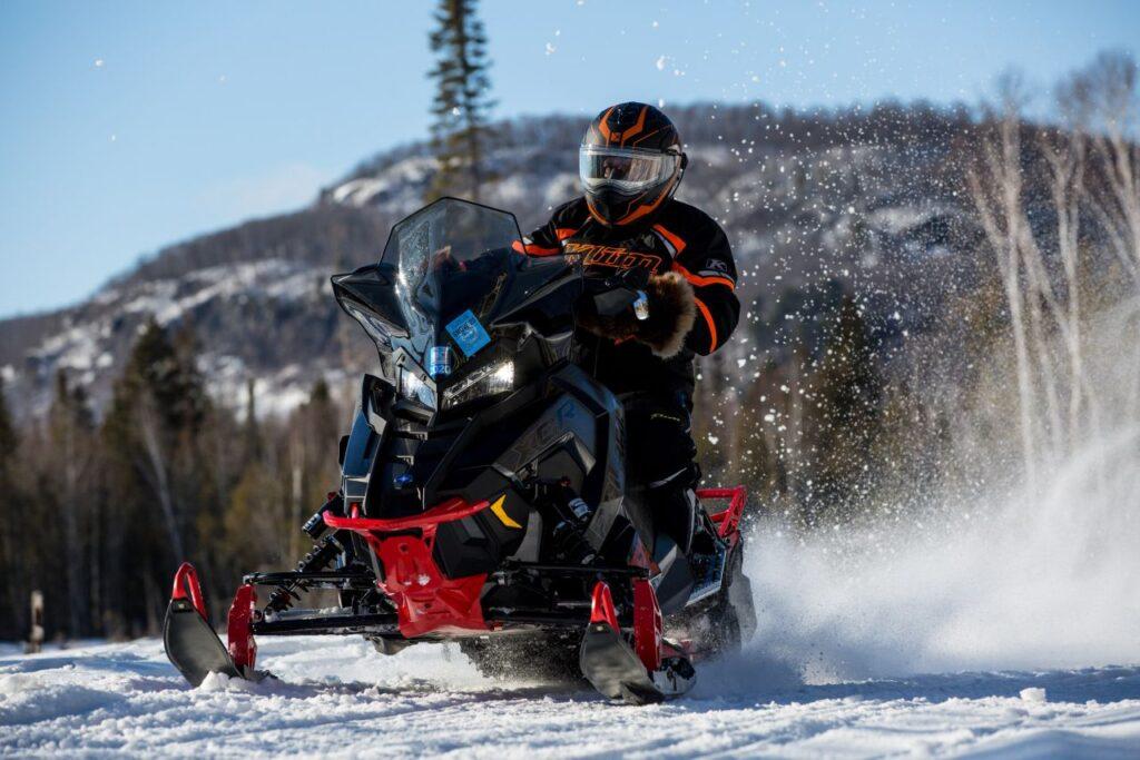 Winterabenteuer in Nordontario. Auf 150 Kilometern mit dem Snowmobile den Lake Superiors und den Grat des Canadian Shield entdecken. Foto Virgil Knapp