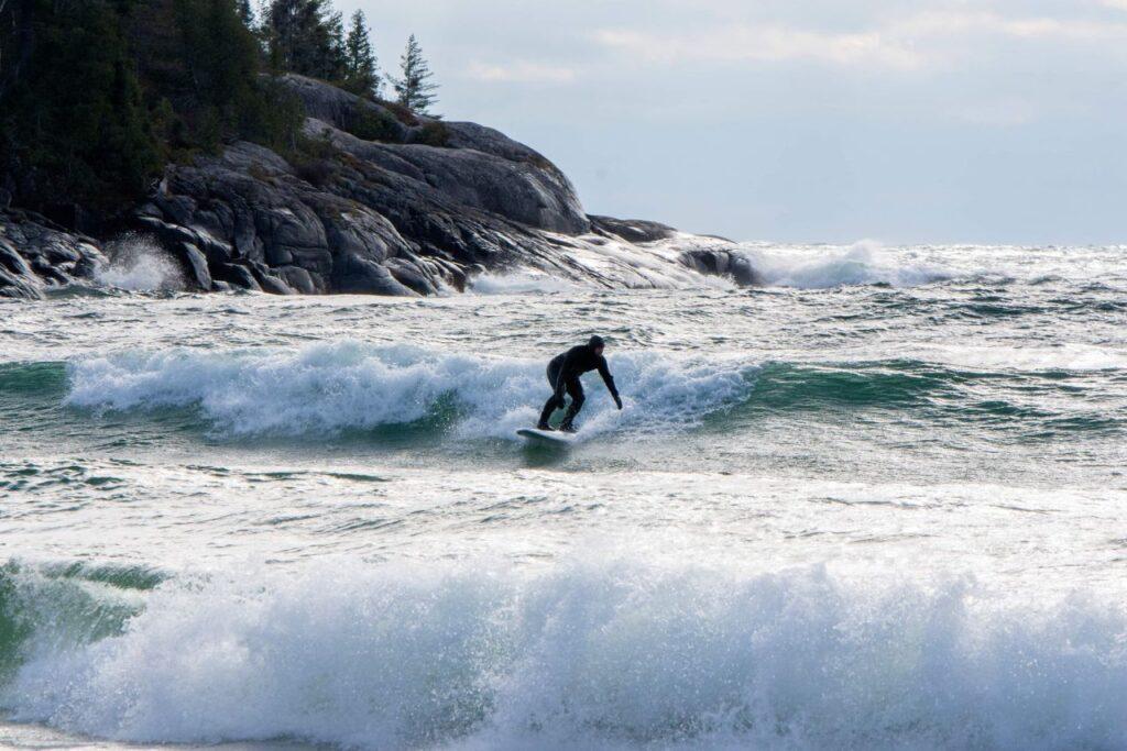 Surfen, ein winterliches Sportvergnügen, nicht auf dem Meer, sondern auf dem Lake Superior. Foto Dan Grisdale