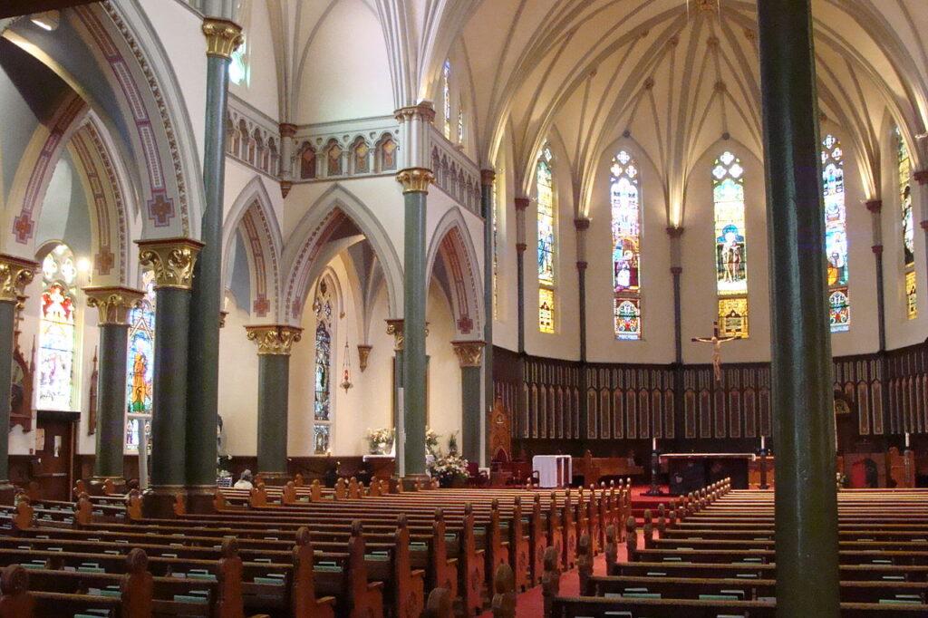 Blick aus dem Kirchenschiff der St. Andrews Cathedral auf den Altar. Foto Iota 9 / CC BY-SA 3.0
