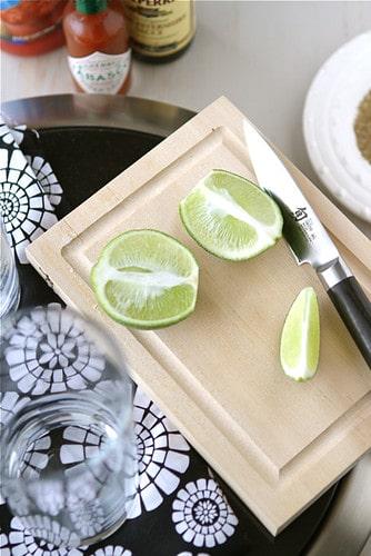 Limettenspalten dürfen in einem perfekten Caesar Cocktail nicht fehlen. Foto Cookincanuck