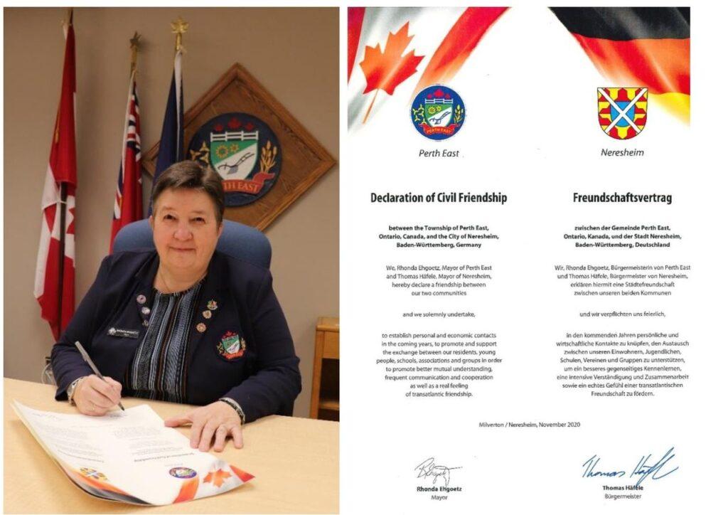 Bürgermeisterin Rhonda Ehgoetz bei der Unterzeichnung der Freundschaftsurkunden. Rechts die von beiden Bürgermeistern unterzeichnete Urkunde. Foto City of Perth East