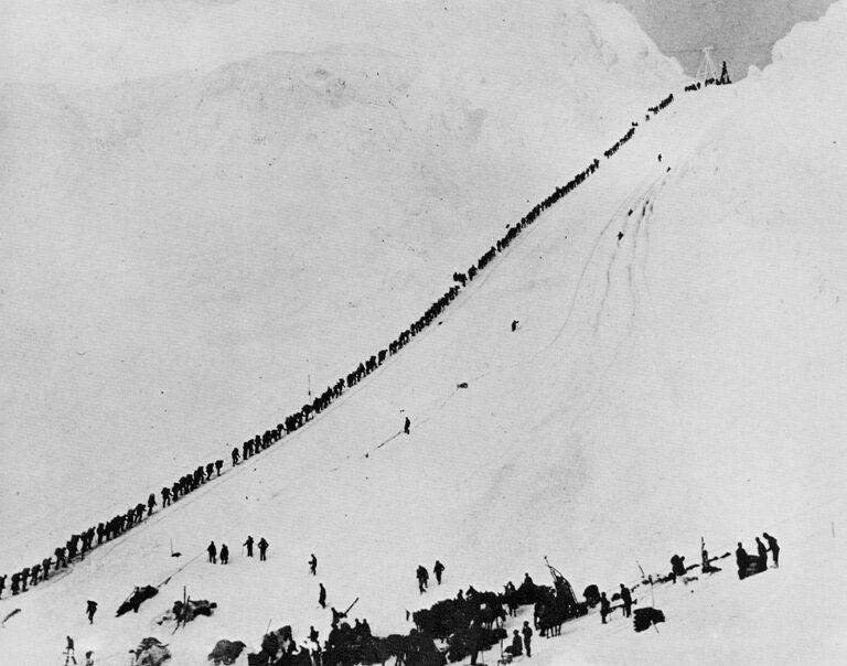 Tausende Goldsucher, aber auch viele Frauen meisterten den Chilkoot Trail während des Klondike-Goldrausches, um nach Dawson City zu gelangen. Foto E.A. Hegg im September 1898 / Public Domain
