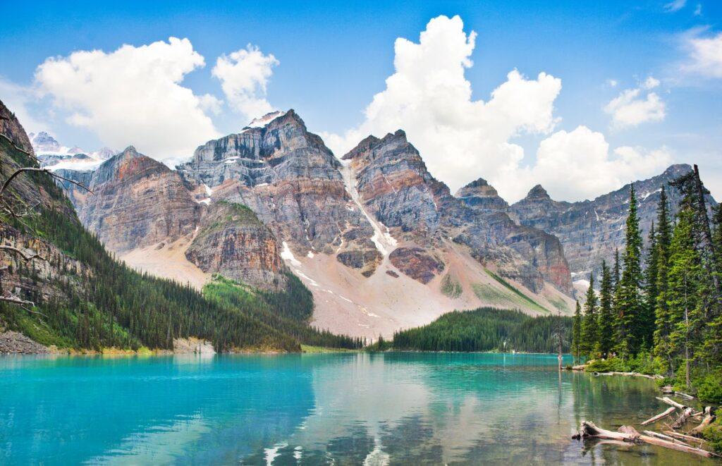 Auch am traumhaft gelegenen Maligne Lake wird das Parken kostenpflichtig. Foto pandionhiatus3 / Deposit