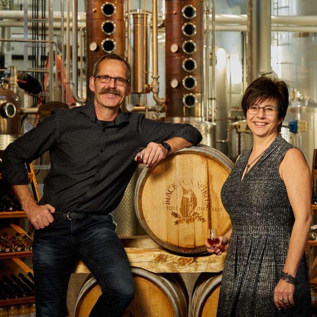 John Cote und Barb Stefanyshyn-Cote, die Eigentümer und Betreiber der Black Fox Farm and Distillery. Foto blackfoxfarmanddistillery.com