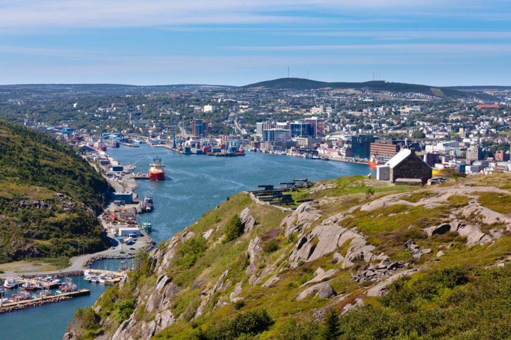 Blick vom Signal Hill auf St. John's, die Hauptstadt von Newfoundland & Labrador. Foto PiLens / Deposit