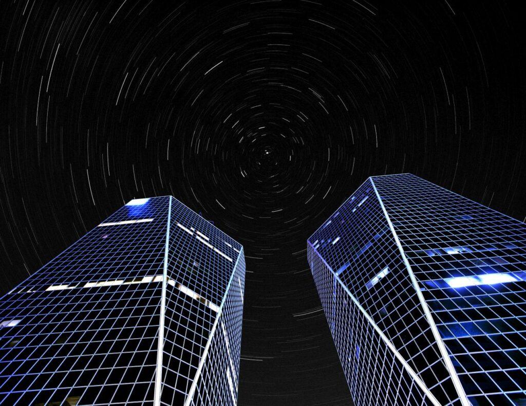 Die Hill Towers in Regina unter dem klaren Sternenhimmel über Saskatchewan. Foto YAYImages / Deposit