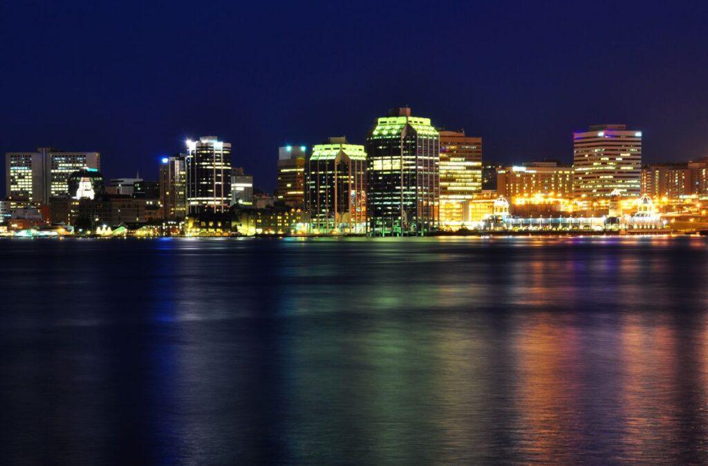 Blick auf die Skyline von Halifax bei Nacht. Foto paulmckinnon / Deposit