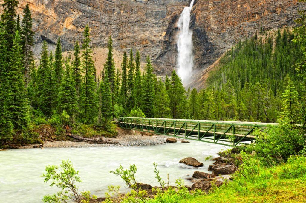 Ein beeindruckender Blick auf den dritthöchsten Wasserfall Kanadas, die Takakkawa Falls. Foto elenathewise / Deposit