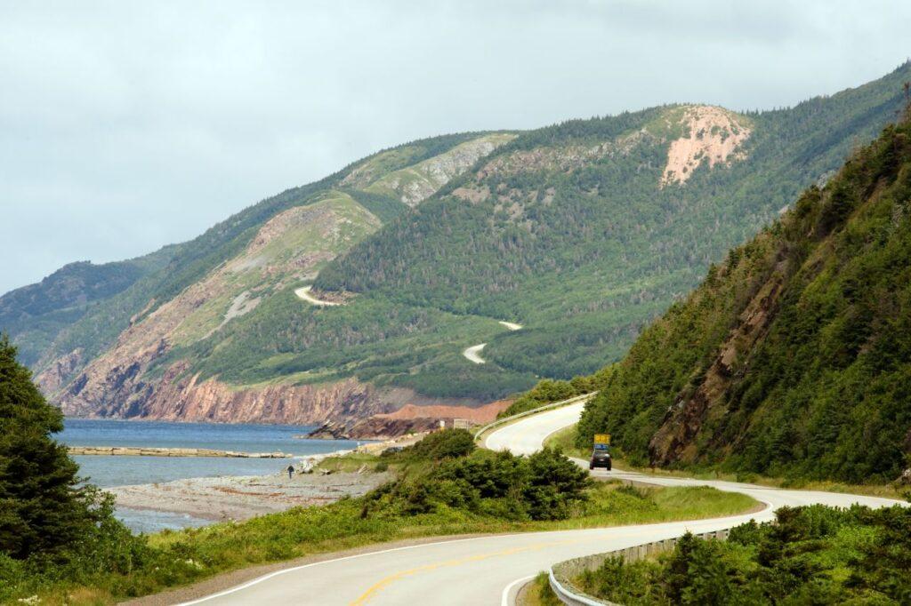 Eine der Traumstraßen in Nordamerika, der Cabot Trail auf Cape Breton Island, Nova Scotia. Foto Mliss / Deposit