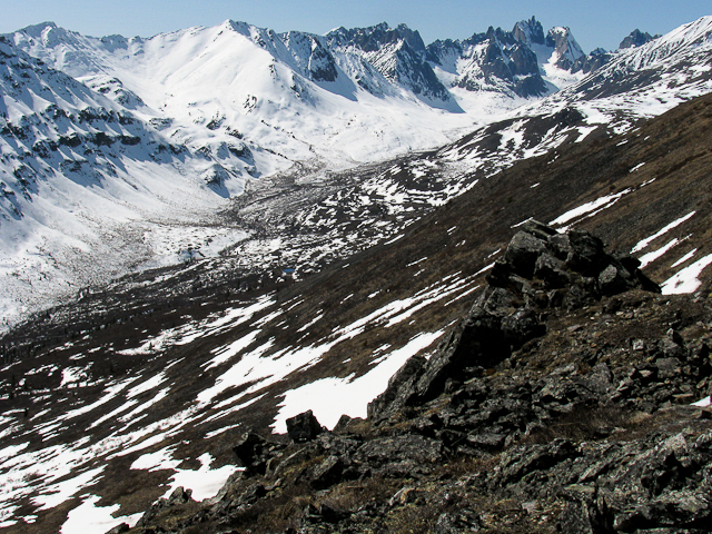 Grizzly Ridge  Trail. Mount Monolith und das Grizzly Valley im Frühjahr. Foto YukonHiking