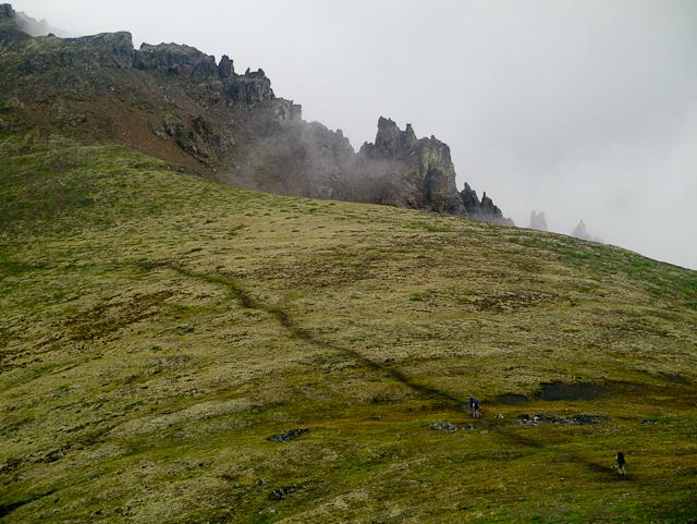 Der Weg des Grizzly Trail führt durch die Tundra, vorbei an spektakulären Felsformationen. Foto YukonHiking
