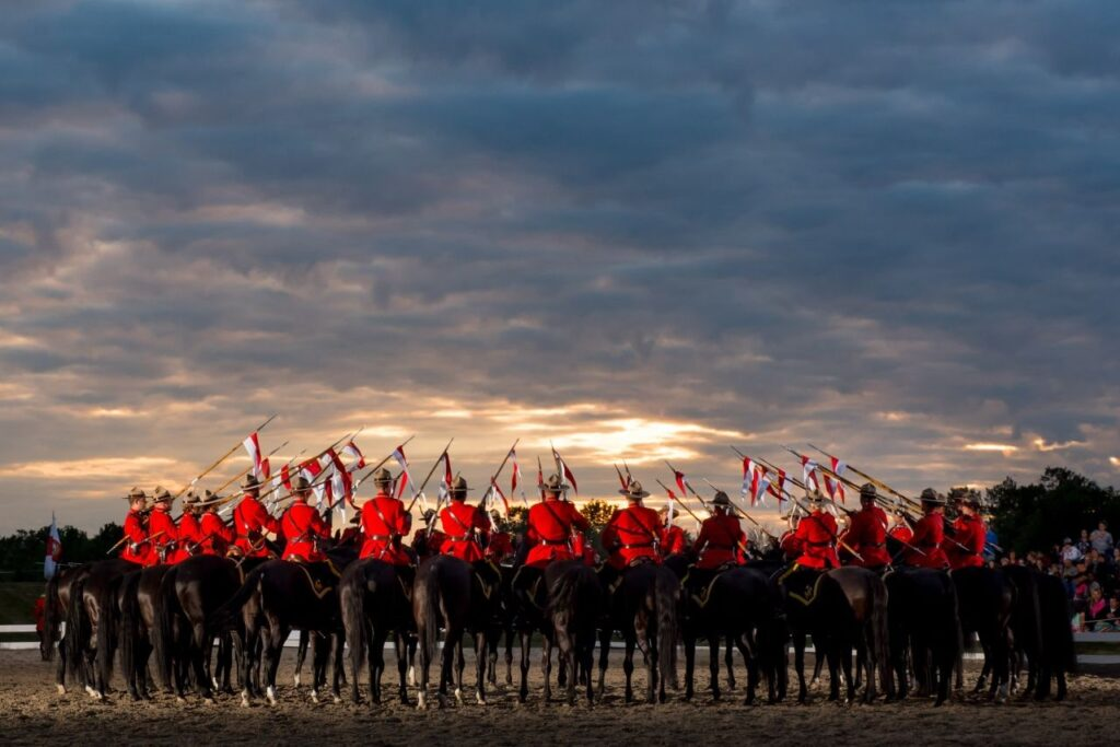 Ein besonderes, im Sommer stattfindendes Ereignis, der Musical Ride der RCMP. Foto © HER MAJESTY THE QUEEN IN RIGHT OF CANADA as represented by the Royal Canadian Mounted Police