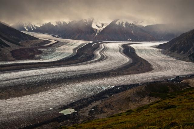 Wandern im Yukon: Wer sich auf den kräftezehrenden Observation Mountain Plateau Trail begibt, wird mit einem unvergesslichen Ausblick auf den mächtigen Kaskawulsh Glacier belohnt. Foto YukonHiking