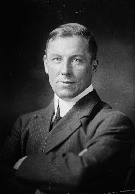 Der kanadische Dichter und Novellist Robert W. Service im Jahr 1905. Foto unbekannter Fotograf / Public Domain