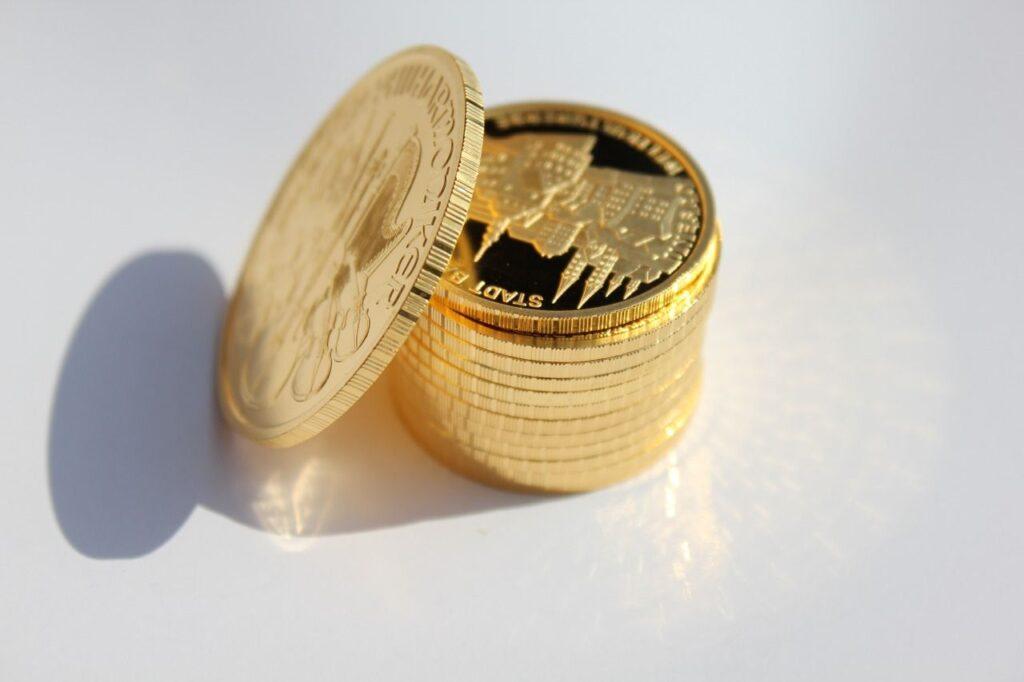 Unter anderem das Gewicht dieser Goldmünzen werden in Feinunzen angegeben. Foto feiern1 / Pixabay