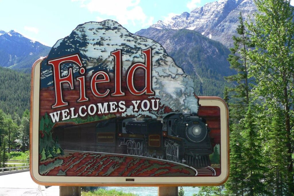 Willkommensschild der Siedlung Field im Yoho Nationalpark. Foto Field.ca