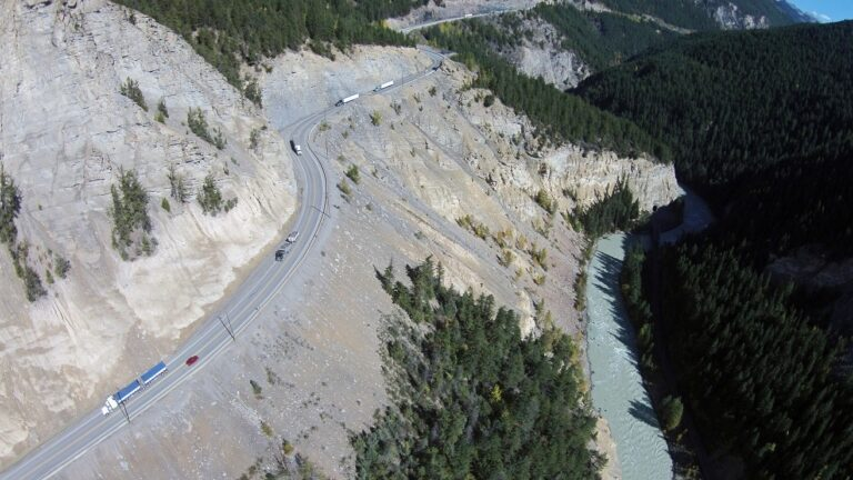 Von April 2021 bis zum Jahr 2024 finden am Trans-Canada Highway auf Höhe des Kicking Horse Canyon, British Columbia Bauarbeiten statt. Mit Umleitungen und Verkehrsbehinderungen durch Sperrungen ist zu rechnen. Foto Banff Nationalpark