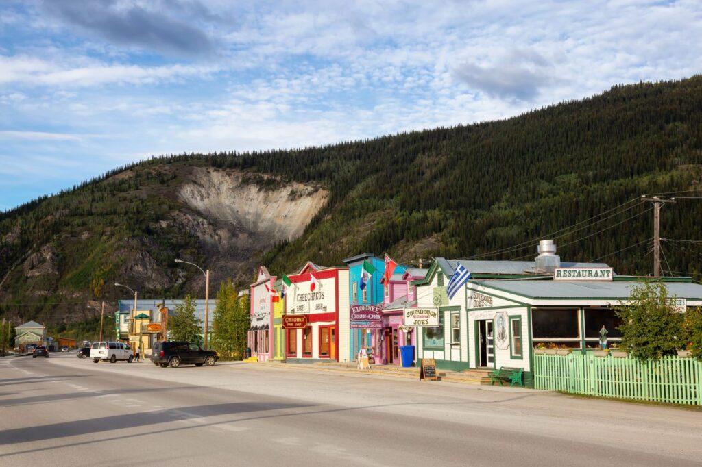 Blick auf einen Straßenzug in Dawson City mit liebevoll restaurierten Gebäuden aus der Zeit des Klondike Goldrausch. Foto edb3_16 / Deposit