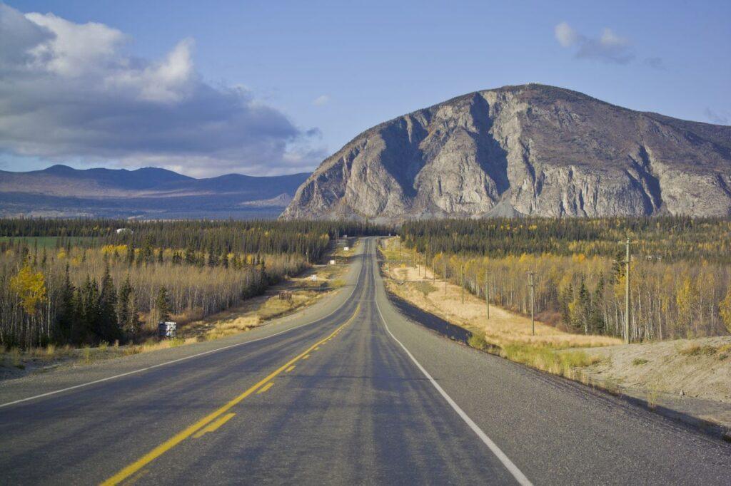 Blick vom Alaska Highway auf die Bergwelt vor Haines Junction. Der Ort am Abzweig der Haines Road vom Alaska Highway ist der wichtigste Zugang zum Kluane Nationalpark and Reserve. Foto TReinhard / Deposit