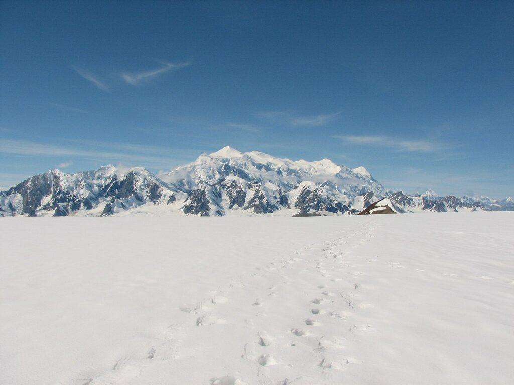 Der Mount Logan, vom Kluane Icefield aus gesehen. Foto Isteffen / CC BY-SA 3.0